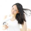 風になびくサラサラロングヘア。髪の毛をサラサラにする方法!